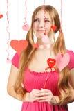 Mujer sonriente con los corazones de papel rojos y rosados del diseñador de la tarjeta del día de San Valentín Imagenes de archivo