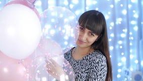 Mujer sonriente con los globos almacen de video