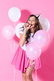Mujer sonriente con los globos rosados y blancos Fotografía de archivo