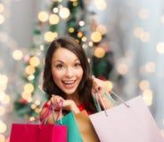 Mujer sonriente con los panieres coloridos imagen de archivo libre de regalías