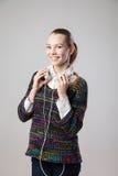 Mujer sonriente con música que escucha de los auriculares Imagen de archivo