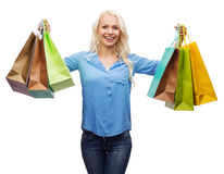 Mujer sonriente con muchos panieres Fotografía de archivo libre de regalías