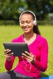 Mujer sonriente con PC de la tableta al aire libre Foto de archivo libre de regalías