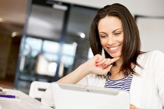 Mujer sonriente con PC de la tablilla Imagen de archivo libre de regalías