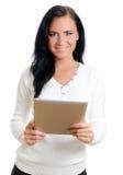 Mujer sonriente con PC de la tablilla. Fotos de archivo