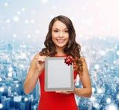 Mujer sonriente con PC de la tablilla Foto de archivo libre de regalías