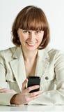 Mujer sonriente con smartphone fotografía de archivo libre de regalías