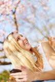 Mujer sonriente con smartphone en primavera Fotografía de archivo