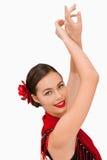 Mujer sonriente con sus brazos levantados Foto de archivo