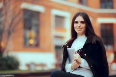 Mujer sonriente con Tablet PC en campus universitario Fotografía de archivo libre de regalías