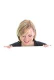 Mujer sonriente con una tarjeta blanca Imagenes de archivo