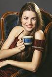 Mujer sonriente con una taza de café Imagen de archivo