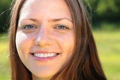 Mujer sonriente de la cara en parque Imagen de archivo libre de regalías