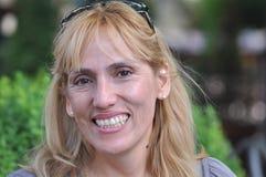 mujer sonriente de la Medio-edad imagen de archivo