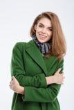 Mujer sonriente de la moda en capa Fotos de archivo