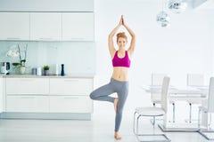 Mujer sonriente de la yogui que medita en casa fotografía de archivo