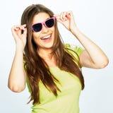 Mujer sonriente de los dientes con las gafas de sol rosadas Fotos de archivo libres de regalías