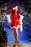 Mujer sonriente de santa de la belleza joven cerca del árbol de navidad Fashio Fotografía de archivo libre de regalías