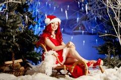 Mujer sonriente de santa de la belleza joven cerca del árbol de navidad Fashio Fotos de archivo libres de regalías