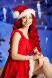 Mujer sonriente de santa de la belleza joven cerca del árbol de navidad Fashionabl Imagen de archivo libre de regalías