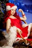 Mujer sonriente de santa de la belleza joven cerca del árbol de navidad Fashionabl Fotos de archivo