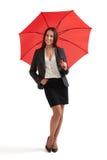 Mujer sonriente debajo del paraguas rojo Imagenes de archivo