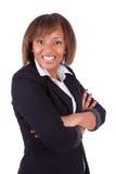 Mujer sonriente del afroamericano con los brazos doblados Imagen de archivo libre de regalías