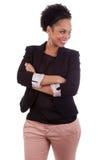 Mujer sonriente del afroamericano con los brazos plegables Imágenes de archivo libres de regalías