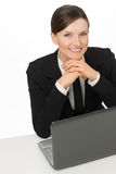 Mujer sonriente del asunto con la computadora portátil que se sienta con los ojos abiertos Foto de archivo