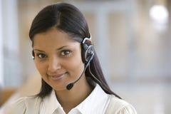 Mujer sonriente del centro de atención telefónica Imagenes de archivo
