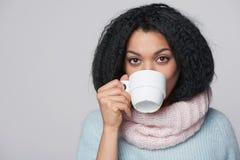 Mujer sonriente del invierno con la taza de café Foto de archivo libre de regalías
