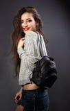 Mujer sonriente del maquillaje con el pelo largo que presenta con vagos negros de la moda Fotografía de archivo libre de regalías