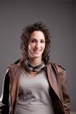 Mujer sonriente del motorbiker en la chaqueta de cuero Foto de archivo