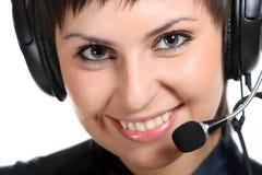 Mujer sonriente del operador en un centro de atención telefónica Imagen de archivo libre de regalías