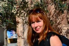 Mujer sonriente del pelirrojo en Grecia soleada fotos de archivo libres de regalías
