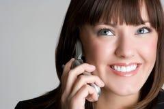 Mujer sonriente del teléfono imagenes de archivo