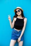 Mujer sonriente del verano con el sombrero y las gafas de sol Imagen de archivo