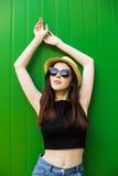 Mujer sonriente del verano con el sombrero y las gafas de sol Imagen de archivo libre de regalías