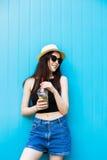 Mujer sonriente del verano con el sombrero y las gafas de sol Imágenes de archivo libres de regalías