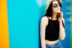 Mujer sonriente del verano con el sombrero y las gafas de sol Foto de archivo
