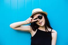 Mujer sonriente del verano con el sombrero y las gafas de sol Fotos de archivo libres de regalías