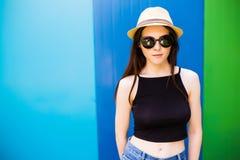 Mujer sonriente del verano con el sombrero y las gafas de sol Fotografía de archivo libre de regalías
