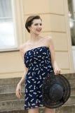 Mujer sonriente del verano de la moda Fotografía de archivo libre de regalías