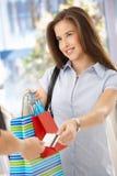 Mujer sonriente después de hacer compras Fotografía de archivo libre de regalías