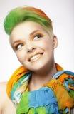 Mujer sonriente divertida con los pelos coloreados que miran para arriba Imágenes de archivo libres de regalías