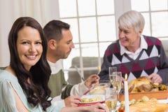 Mujer sonriente durante cena de la Navidad Fotografía de archivo