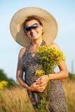 Mujer sonriente embarazada en campo Imagen de archivo libre de regalías