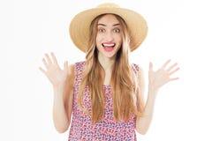 Mujer sonriente emocional del verano en retrato del estudio imagenes de archivo