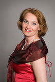 Mujer sonriente en alineada roja fotografía de archivo libre de regalías