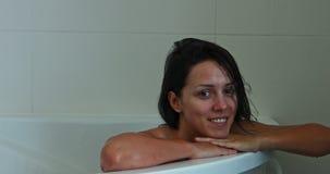 Mujer sonriente en baño almacen de metraje de vídeo